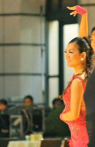 競技会で音楽と一体となって踊る田中由美子