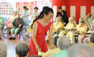 ダンスボランティアをする田中由美子