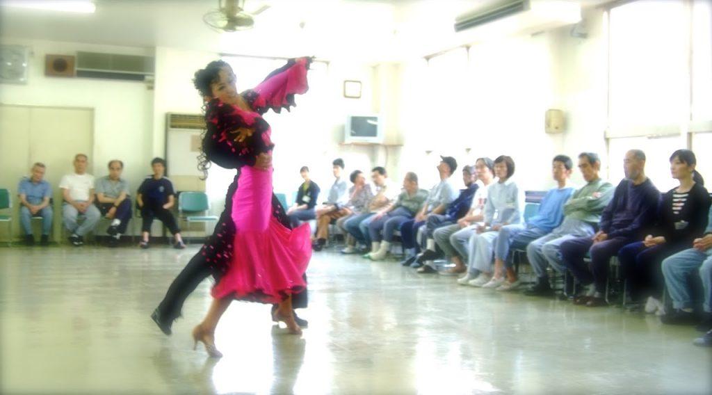 ダンスボランティでダンスパフォーマンスをする田中由美子