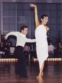 男女の駆け引きを表現する田中由美子のルンバのショー